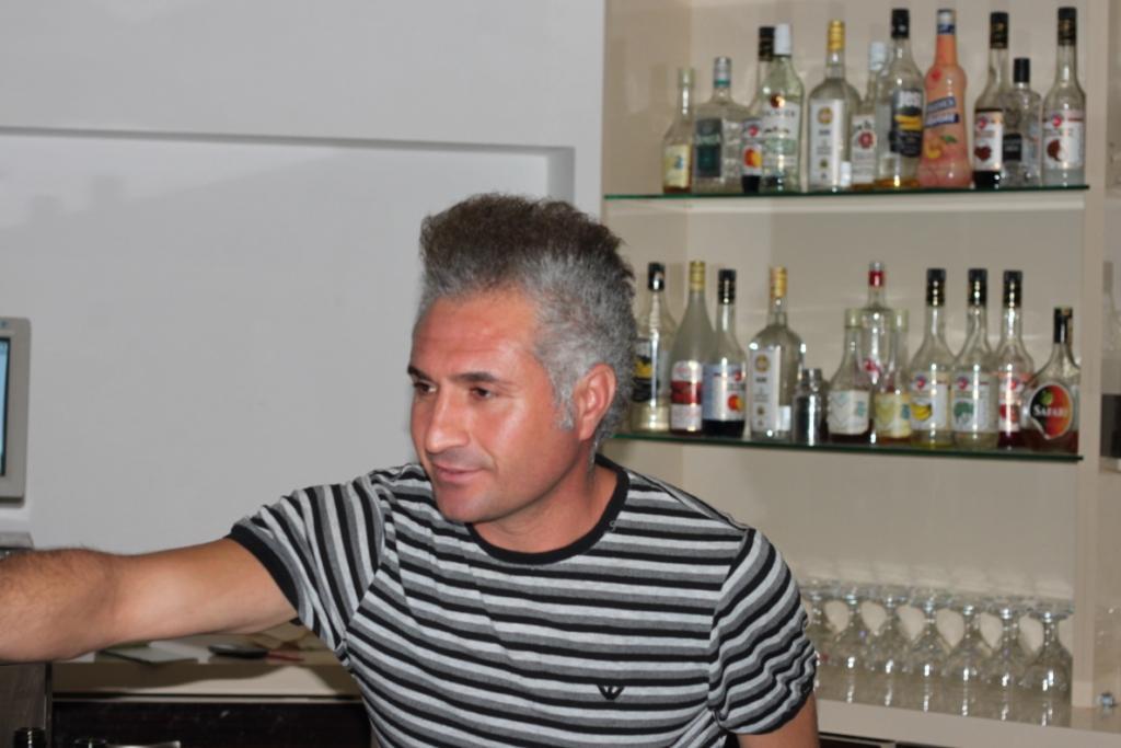 Бармен в отеле Monte Carlo