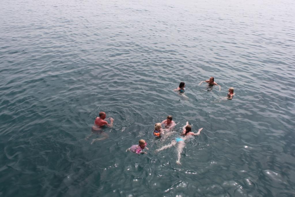 Дети купаются в океане фото