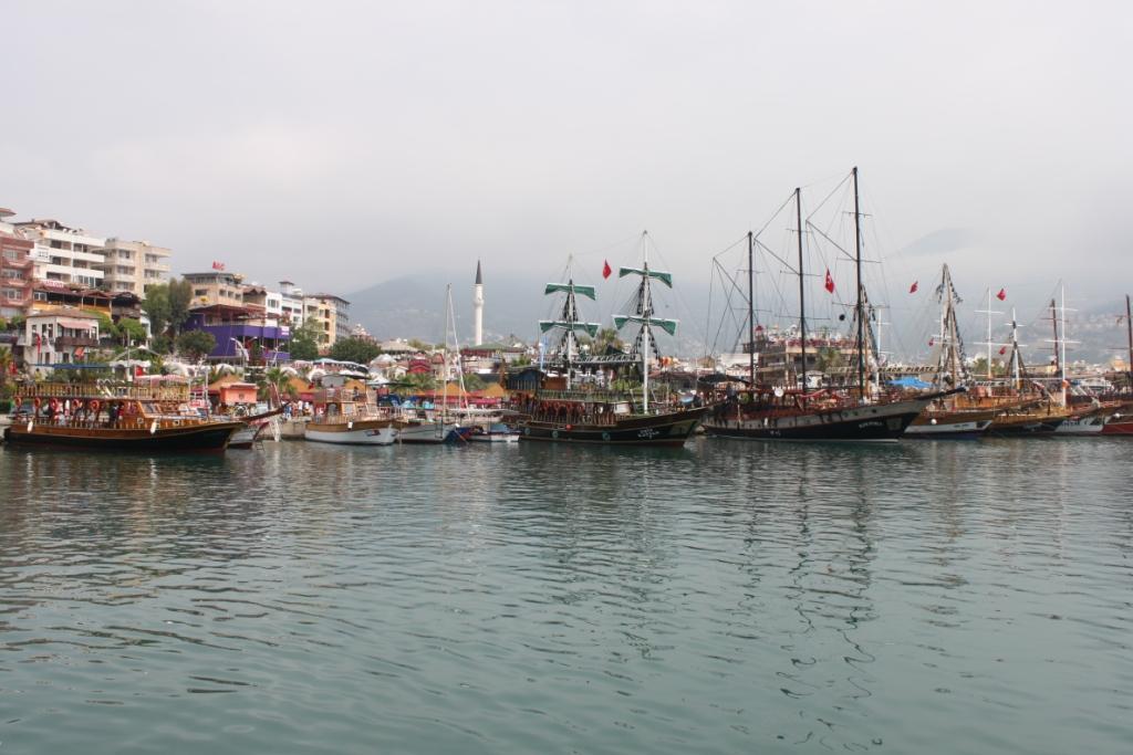 Экскурсионные кораблики в порту