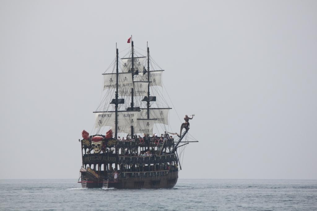 Пиратский корабль в Средиземном море